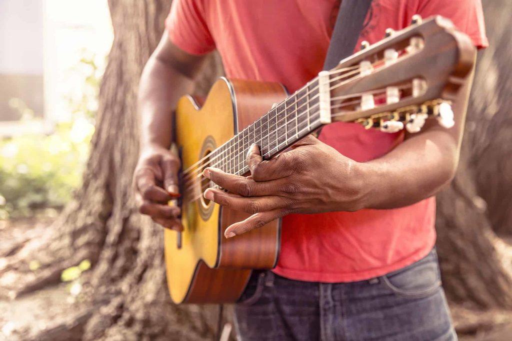 como trocar acordes no violão